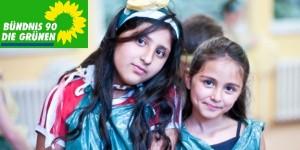 HANDOUT - Die Schülerinnen Anita Jashara (l) und Vikreta Jasharaj in der Dokumentation «Berg Fidel - Eine Schule für alle» (undatierte Filmszene). Der Film kommt am Donnerstag (13.09.2012) in die deutschen Kinos. Foto: W-Film (zu dpa-Kinostarts vom 06.09.2012 - ACHTUNG: Verwendung nur für redaktionelle Zwecke im Zusammenhang mit dem Film und bei Urheber-Nennung)  +++(c) dpa - Bildfunk+++